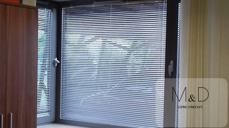 Biała żaluzja aluminiowa z żyłką