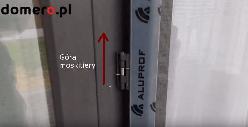 Montaż zawiasu w moskitierze drzwiowej