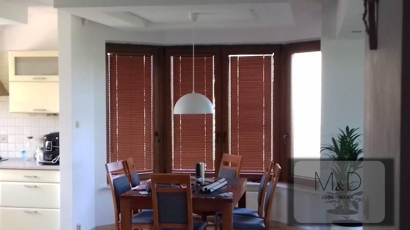 Żaluzje drewniane kolor cherrywood zamontowane w Kalinówce